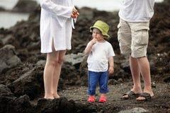 семья мальчика пляжа Стоковая Фотография