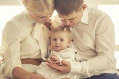 Семья, мама, папа и дочь обнимают совместно красивое и протокол доступа к хост-машине стоковое изображение rf