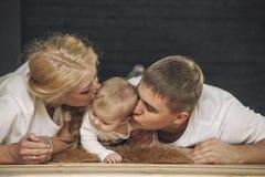 Семья, мама, папа и дочь обнимают совместно красивое и протокол доступа к хост-машине стоковая фотография rf