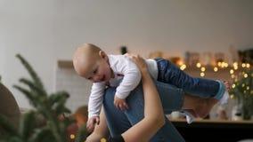 Семья, материнство и концепция людей - счастливая мать целуя маленький ребёнок над праздниками освещает предпосылку акции видеоматериалы