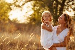 Семья Мать держа ее дочь в ее оружиях Стоковое Изображение RF