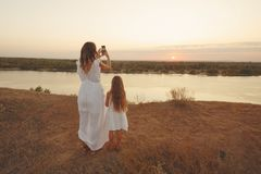 Семья Мать и дочь застегивает сотовый телефон Стоковое фото RF