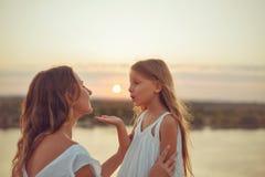 Семья Мать и дочь Заход солнца Стоковое фото RF