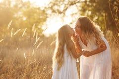 Семья Мать и дочь Поцелуй Стоковые Фотографии RF