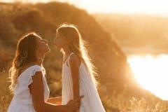 Семья Мать и дочь Поцелуй Стоковая Фотография