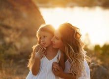 Семья Мать и дочь смотрят в расстояние Стоковая Фотография RF