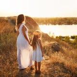 Семья Мать и дочь Смотрящ здоров, с голубым небом на заднем плане Стоковые Изображения