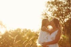 Семья Мать и дочь яркое сердце 3d обнимает перевод поцелуев красный Стоковые Фото