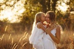 Семья Мать и дочь яркое сердце 3d обнимает перевод поцелуев красный Стоковые Изображения RF