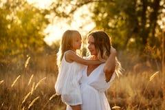 Семья Мать и дочь embrace Стоковое Изображение RF