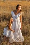 Семья Мать и дочь hug Стоковые Изображения RF