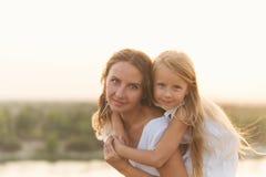 Семья Мать и дочь piggyback Стоковые Изображения