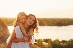 Семья Мать и дочь piggyback стоковые фото