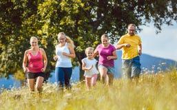 Семья, мать, отец и дети бежать для спорта Стоковое Фото