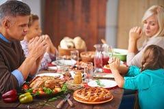 семья молит стоковая фотография