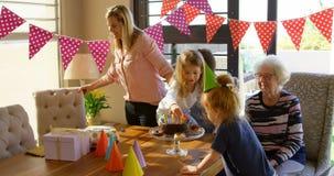 семья Мульти-поколения празднуя день рождения в живя комнате дома 4k акции видеоматериалы