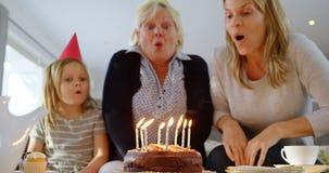 семья Мульти-поколения празднуя день рождения на софе 4k видеоматериал
