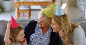 семья Мульти-поколения празднуя день рождения на софе 4k сток-видео