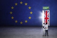 Семья наблюдая на двери brexit стоковое фото rf