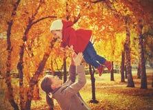 семья нарру Дочь мамы и младенца для прогулки в осени стоковые изображения rf