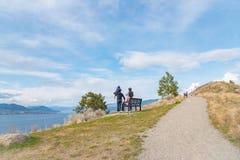 Семья наслаждается взглядом от горы Munson в Penticton, ДО РОЖДЕСТВА ХРИСТОВА, Канада стоковая фотография rf