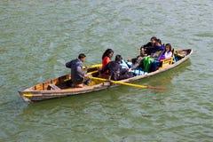 Семья наслаждаясь греблей в озере стоковая фотография