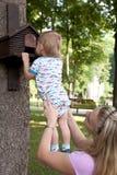 Семья наслаждаясь прогулкой в парке Стоковая Фотография