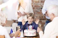Семья наслаждаясь вечеринкой по случаю дня рождения стоковые изображения