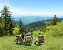 Семья наслаждаясь временем на верхней части горы Стоковое Изображение RF