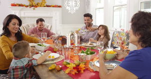 Семья наслаждаясь едой благодарения на таблице снятой на R3D сток-видео