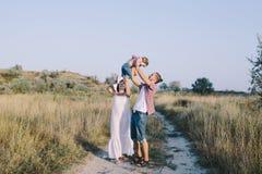 Семья наслаждаясь жизнью в поле Стоковые Фотографии RF