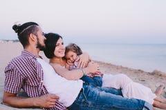 Семья наслаждаясь жизнью на пляже Стоковые Фотографии RF