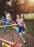 Семья наслаждаясь жизнью совместно снаружи Стоковое Фото
