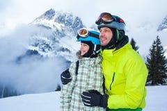 Семья наслаждаясь каникулами зимы стоковые изображения rf