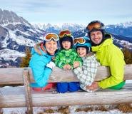 Семья наслаждаясь каникулами зимы Стоковые Фото
