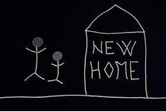 Семья наслаждаясь новым домом, необыкновенной концепцией Стоковые Изображения