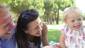 Семья наслаждаясь пикником совместно видеоматериал