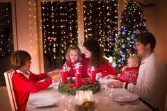 Семья наслаждаясь рождественским ужином дома Стоковые Фото