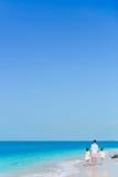 Семья на белом пляже Отец и дети наслаждаются праздниками на seashore Деятельность при каникул пляжа Стоковое фото RF