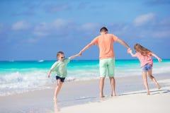 Семья на белом тропическом пляже имеет много потеху Отец и дети наслаждаются праздниками на seashore Стоковое Изображение RF