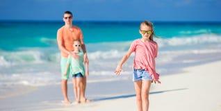 Семья на белом тропическом пляже имеет много потеху Отец и дети наслаждаются праздниками на seashore Стоковое фото RF