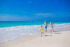 Семья на белом тропическом пляже имеет много потеху Отец и дети наслаждаются праздниками на seashore Стоковая Фотография RF