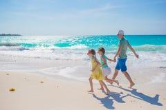 Семья на белом тропическом пляже имеет много потеху Отец и дети наслаждаются праздниками на seashore Пристаньте каникулу к берегу Стоковые Изображения