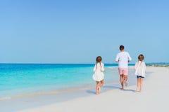 Семья на белом тропическом пляже имеет много потеху Отец и дети наслаждаются праздниками на seashore Пристаньте каникулу к берегу Стоковое Фото
