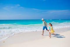 Семья на белом тропическом пляже имеет много потеху Папа и дети наслаждаются праздниками на seashore Деятельность при каникул пля Стоковое Фото