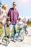 Семья на велосипедах в парке Стоковая Фотография RF