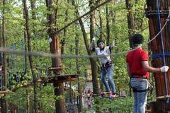 Семья на взбираться веревочки Стоковое Фото