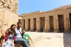 Семья на висок городе Medinet Habu или Habu на Луксоре стоковое фото