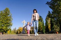 Семья на дворе церков Стоковые Фото
