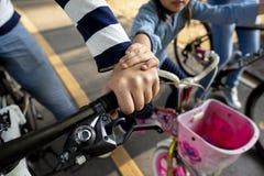 Семья на езде велосипеда в парке Стоковая Фотография RF
